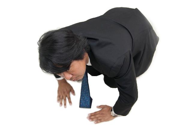 スーツにネクタイですみません!